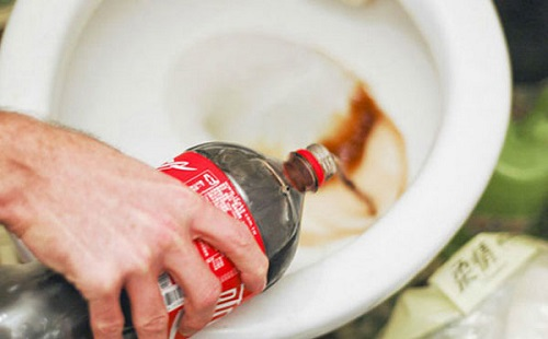 xử lý tắc cống bằng coca